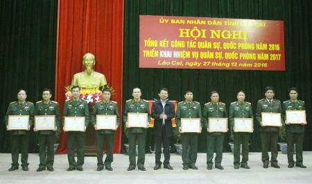 Lãnh đạo tỉnh Lào Cai khen thưởng các tập thể, cá nhân có thành tích xuất sắc.