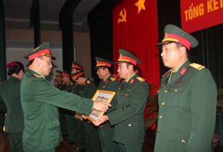 Đồng chí Phó Tư lệnh Quân khu trao Bằng khen tặng các tập thể Sư đoàn 355.