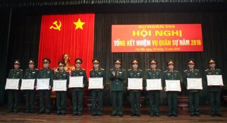 Lãnh đạo, Chỉ huy Sư đoàn 355 trao Bằng khen tặng các tập thể, cá nhân trong Sư đoàn hoàn thành xuất sắc nhiệm vụ năm 2016.