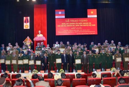 Trao Huy chương của Nước Cộng hòa DCND Lào tặng cán bộ, chuyên gia, quân tình nguyện Việt Nam thuộc tỉnh Lào Cai.