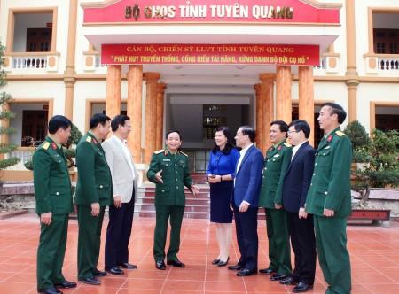 Thiếu tướng Trịnh Văn Quyết, Bí thư Đảng ủy, Chính ủy Quân khu trao đổi với lãnh đạo cấp ủy, chính quyền tỉnh Tuyên Quang về nhiệm vụ QS-QP năm 2017.