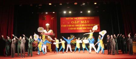 Chương trình nghệ thuật chào mừng buổi gặp mặt do các diễn viên Đoàn Nghệ thuật dân tộc Tuyên Quang biểu diễn.