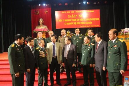 Thiếu tướng Vũ Sơn Hoàng, Phó Chủ nhiệm Chính trị Quân khu trao đổi với các đại biểu về dự buổi gặp mặt.