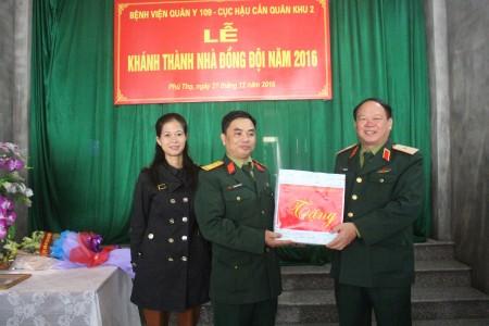 Thiếu tướng Vũ Sơn Hoàng trao quà của Đảng ủy, Bộ Tư lệnh Quân khu tặng gia đình Trung úy QNCN Nguyễn Văn Tỉnh.