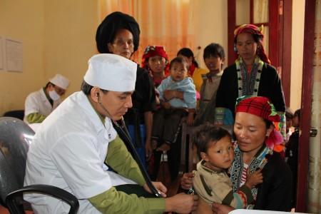 Y, bác sỹ Bệnh viện Quân y 109 khám bệnh cho người dân xã Hoang Thèn, huyện Phong Thổ.