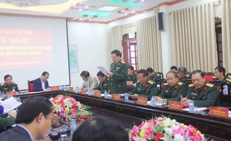 Đại tá Bùi Minh Hoàn, Chính ủy Bộ CHQS tỉnh phát biểu thảo luận về nhiệm vụ QS-QP năm 2017.