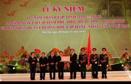 Chủ tịch nước Trần Đại Quang trao tặng Đảng bộ, chính quyền, nhân dân tỉnh Phú Thọ Huân chương Độc lập hạng Nhất.
