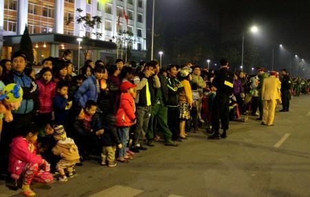 Đông đảo nhân dân náo nức đón xem chương trình buổi lễ kỷ niệm 20 năm tái lập tỉnh.