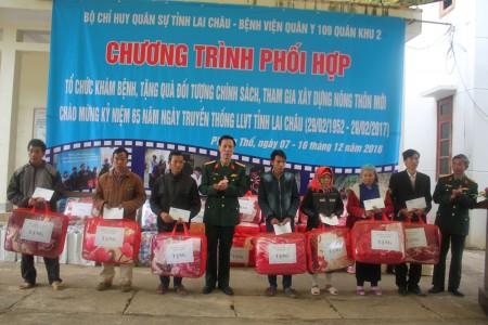 Đại diện Bộ CHQS tỉnh Lai Châu tặng quà các gia đình chính sách trên địa bàn huyện Phong Thổ.