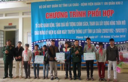 Lãnh đạo Bệnh viện Quân y 109 tặng quà các cháu học sinh nghèo vượt khó xã Hoang Thèn, huyện Phong Thổ, tỉnh Lai Châu.