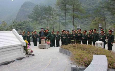 Trường Đại học Chính trị dâng hương tại Khu mộ đồng chí Nông Văn Dền (Kim Đồng). Ảnh: P.LƯƠNG