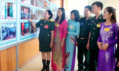 Thượng tá Nguyễn Thúy Vân (ngoài cùng, bên trái) cùng các đại biểu tham quan trưng bày hình ảnh hoạt động công tác hội tại cơ quan Cục Chính trị Quân khu . (Ảnh: VŨ THƯ)