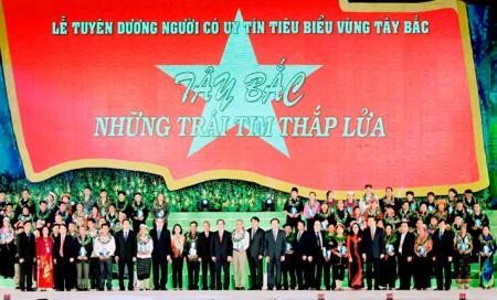 Đồng chí Nguyễn Thiện Nhân và đồng chí Nguyễn Văn Bình tuyên dương người có uy tín tiêu biểu vùng Tây Bắc.