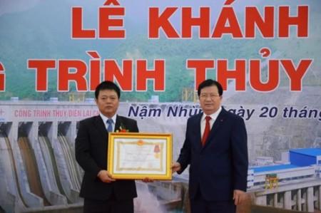 Phó thủ tướng trao Huân chương Lao động hạng Nhất cho tập thể có thành tích xuất sắc.