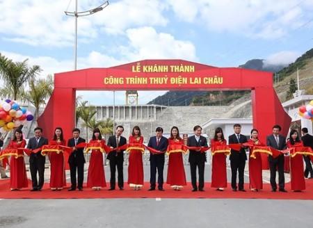 Phó thủ tướng Trịnh Đình Dũng cùng các đại biểu cắt băng khánh thành.