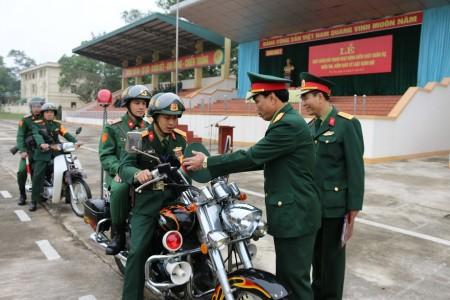 Đại tá Trần Minh Phong và cơ quan kiểm tra phương tiện trước giờ xuất quân.