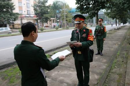 Tổ KSQS Tiểu đoàn Vệ binh 15, Bộ TM QK kiểm tra giấy tờ phương tiện QS.