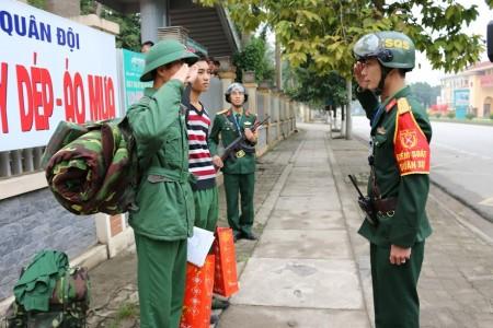 Tổ KSQS Bộ CHQS tỉnh Phú Thọ kiểm tra Quân nhân có biểu hiện sai lễ tiết tác phong ngoài doanh trại.