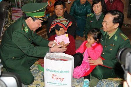 Lãnh đạo Bộ tư lệnh Bộ đội Biên phòng trao quà tặng gia đình chính sách tại huyện Mộc Châu, tỉnh Sơn La.