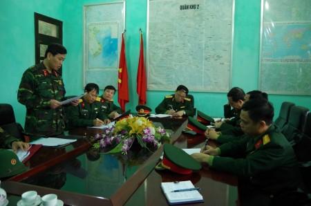 Phó Tư lệnh QK nghe chỉ huy Tiểu đoàn 1, Lữ đoàn 406 báo cáo kết quả quán triệt Chỉ thị của Tư lệnh QK về SSCĐ.