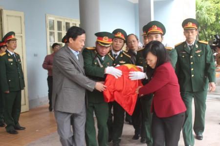 Các đồng chí lãnh đạo tỉnh, cán bộ, chiến sỹ đưa hài cốt các liệt sỹ về nơi an táng.