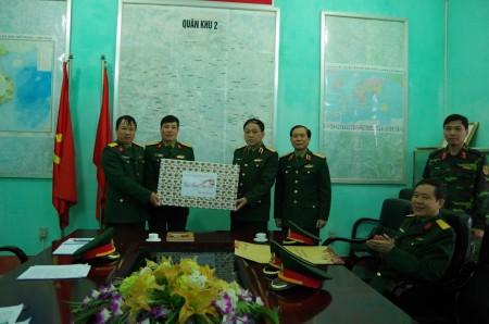 Phó Tư lệnh QK tặng quà Tết cho Lữ đoàn 406.