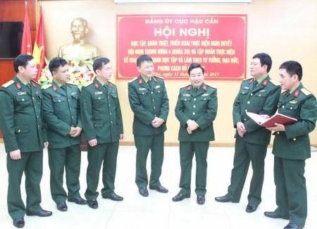 Đại tá Hà Trọng Minh, Bí thư Đảng ủy, Chính ủy Cục Hậu cần trao đổi với đại biểu tham dự hội nghị.