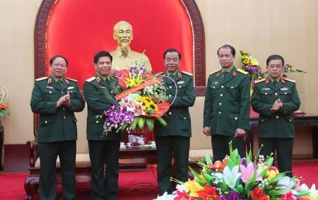 Cục Chính trị tặng hoa chúc mừng.