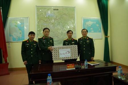 Đ/c trưởng đoàn tặng quà Tết động viên cán bộ, chiến sỹ Lữ đoàn 543.