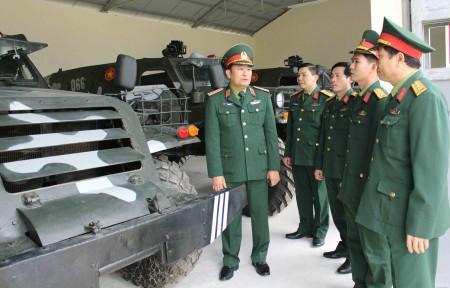 Tư lệnh Quân khu kiểm tra khả năng cơ động xe BTR-152 tại Đại đội 27, Bộ CHQS tỉnh Phú Thọ.