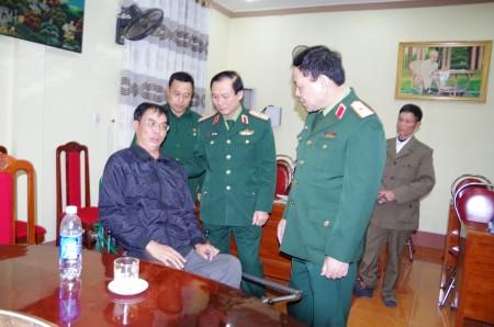 Đ/c Phó Tư lệnh QK thăm hỏi thương bệnh binh tại Trung tâm người có công tỉnh Phú Thọ.