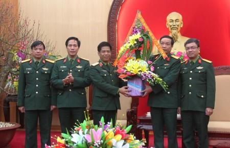 Cục Kỹ thuật tặng hoa chúc mừng.