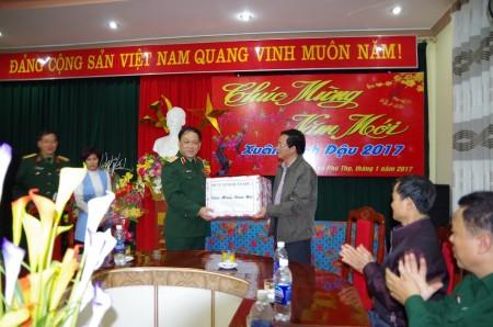Phó Tư lệnh QK tặng quà Tết cho cán bộ, nhân viên, thương bệnh binh Trung tâm người có công tỉnh Phú Thọ.
