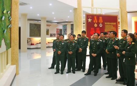 Đoàn thăm quan Bảo tàng Quân khu.