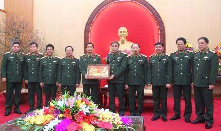 BTL Quân đoàn 2 tặng quà lưu niệm BTL Quân khu.