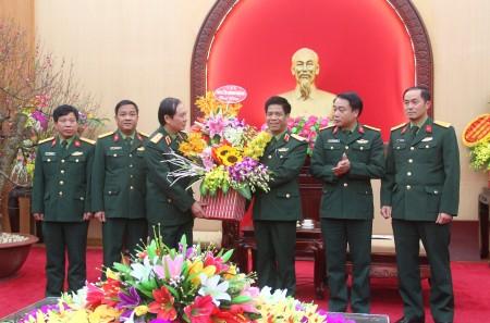 Bộ Tham mưu tặng hoa chúc mừng Thiếu tướng Nguyễn Văn Nghĩa.