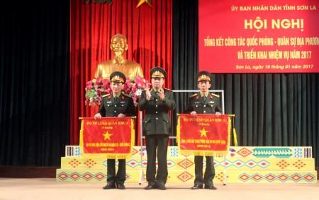 Thiếu tướng Nguyễn Hồng Thái trao cờ thi đua của BTL Quân khu cho Bộ CHQS tỉnh và Ban CHQS huyện Mai Sơn.