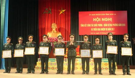 Phó Tư lệnh Quân khu trao danh hiệu Đơn vị quyết thắng cho các tập thể.