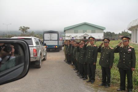 Lực lượng vũ trang và nhân dân Lào tiễn đưa Đoàn.