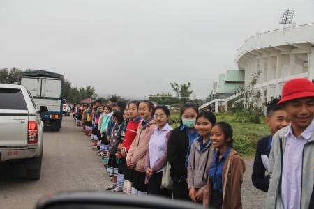 Nhân dân Lào chia tay Đoàn.