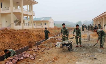 Bộ đội Trung đoàn 148 tích cực lao động xây dựng doanh trại.