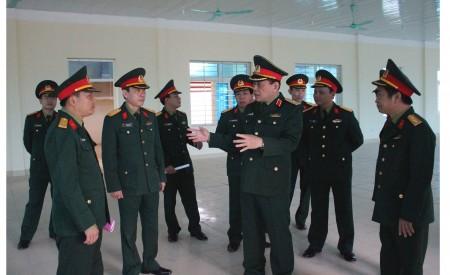 Đồng chí Phó Tư lệnh Quân khu trao đổi với lãnh đạo, chỉ huy Sư đoàn 316 về việc bố trí, lắp đặt các trang thiết bị nhà ăn, nhà bếp phục vụ bộ đội tại nơi xây dựng doanh trại mới của Tiểu đoàn 5.