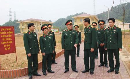 Phó Tư lệnh Quân khu trao đổi với lãnh đạo Bộ CHQS tỉnh Yên Bái về công tác quy hoạch xây dựng cơ bản tại Trung đoàn 121.