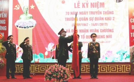 Thừa ủy quyền của Chủ tịch nước, Thiếu tướng Nguyễn Hồng Thái, Phó Tư lệnh Quân khu gắn Huân chương Bảo vệ Tổ quốc hạng Nhì lên lá cờ Quyết chiến, Quyết thắng của Nhà trường.