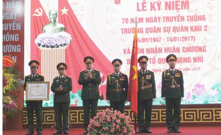 Lãnh đạo, chỉ huy Trường QSQK đón nhận Huân chương Bảo vệ Tổ quốc hạng Nhì.