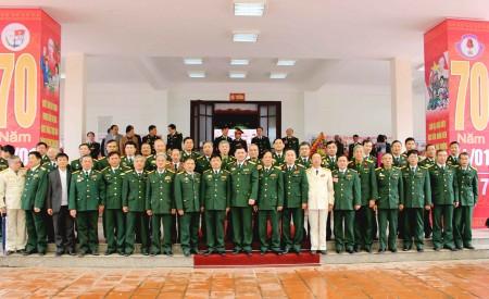 Các đại biểu chụp ảnh lưu niệm với lãnh đạo, chỉ huy và cán bộ các phòng, khoa, ban, đơn vị của Nhà trường.