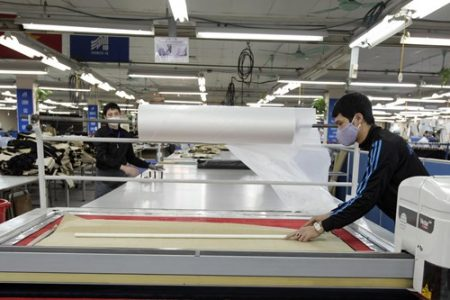 Công nhân Tổng công ty Cổ phần May 10 thực hiện cắt vải.Ảnh:TRỌNG HẢI.