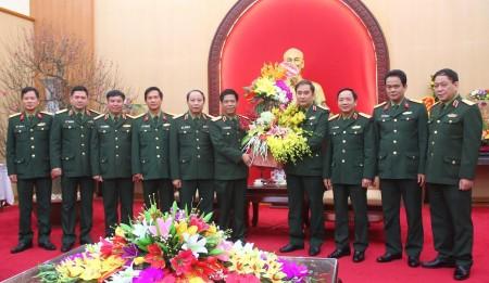 Thủ trưởng BTL Quân khu tặng hoa chúc mừng đồng chí Phó Tư lệnh, TMT Quân khu mới về nhận công tác.