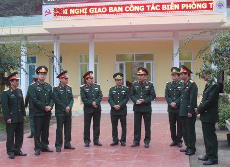 Tư lệnh Quân khu thăm, động viên cán bộ, chiến sỹ đồn Biên phòng A Mú Sung.