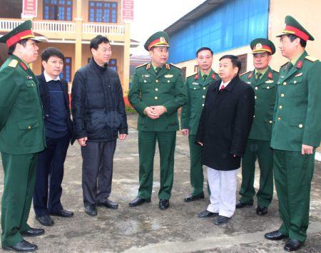 Tư lệnh Quân khu trao đổi nhiệm vụ QS - QP tại huyện Si Ma Cai.